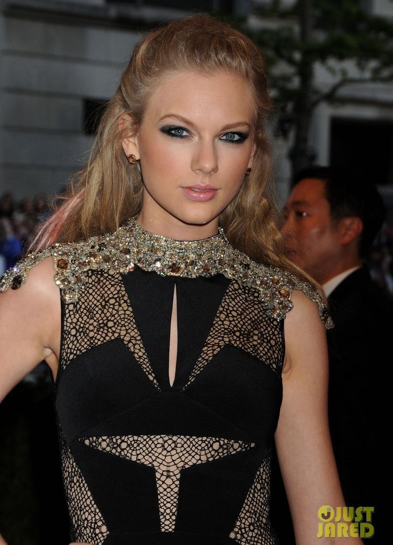 Taylor-swift-met-ball-2013-red-carpet-02.full