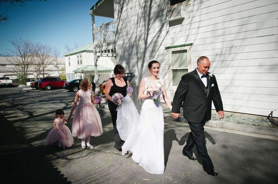 Real-wedding-genoa-nevada-vintage-lincoln-bratt-annie-x-photographie-bride-and-dad.full