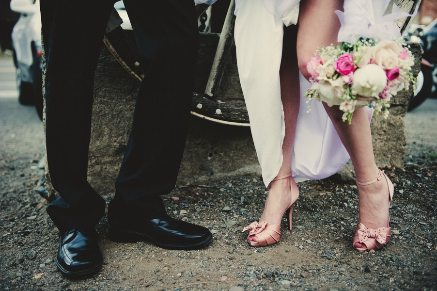 Real-wedding-genoa-nevada-vintage-lincoln-bratt-annie-x-photographie-bride-and-groom-shoes.full