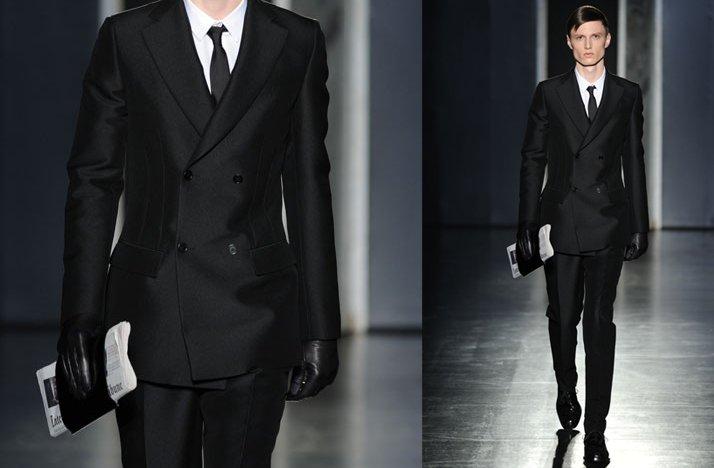 Sleek-grooms-style-black-tailored-suit.full