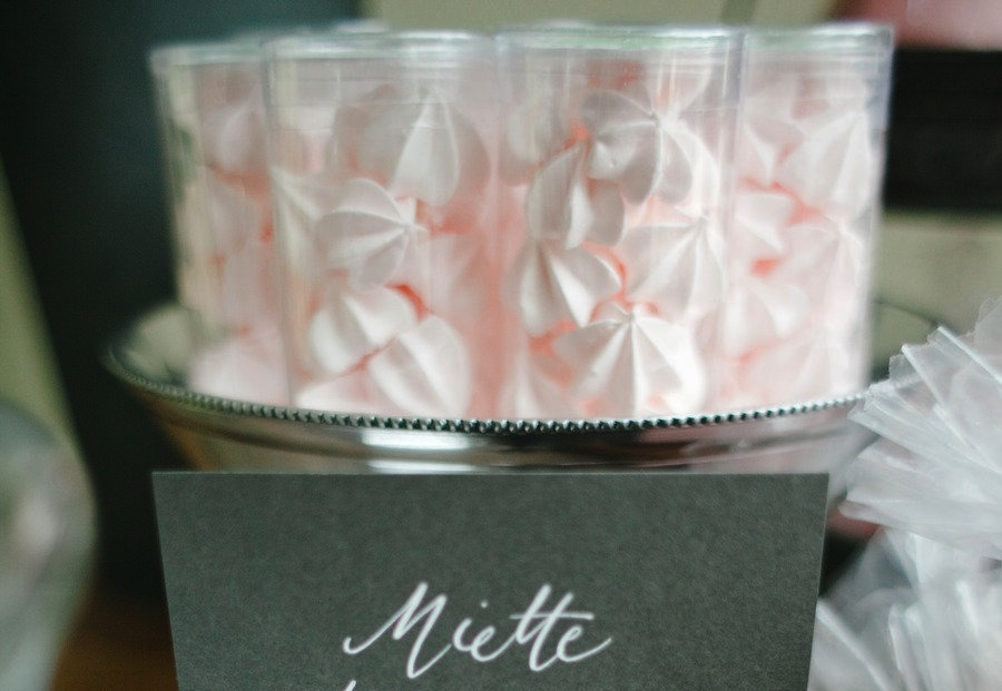 mini merengues wedding sweets as favors