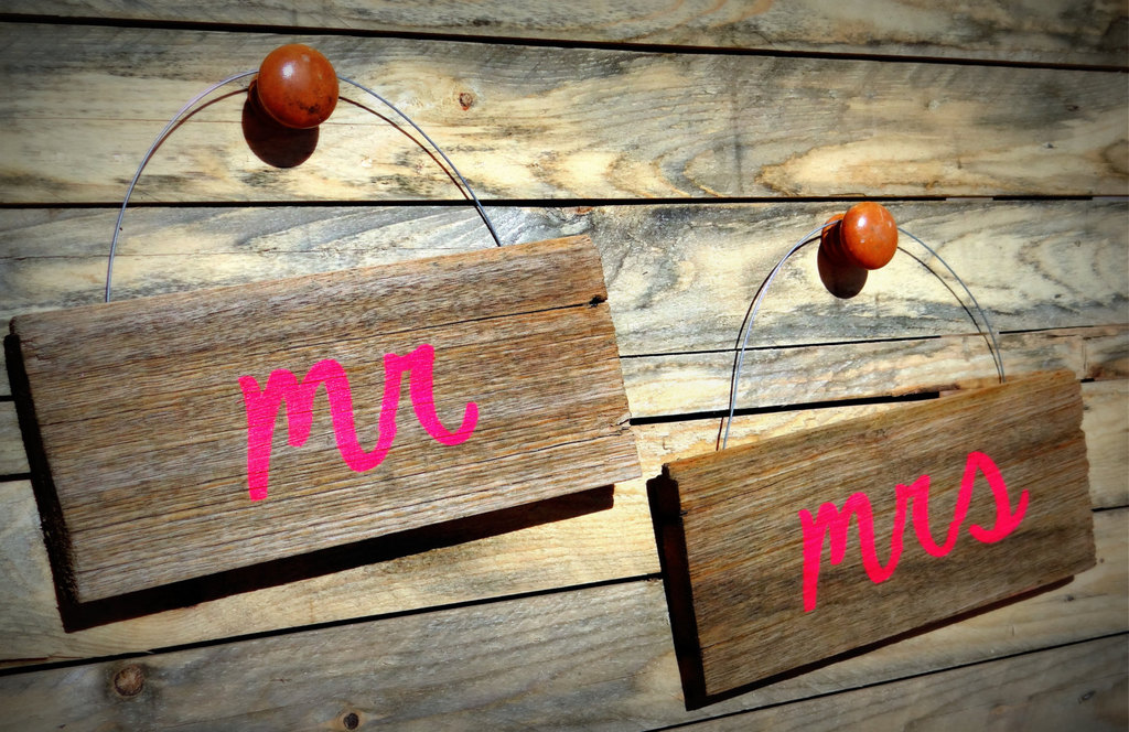 Rustic-wood-with-neon-mr-and-mrs-wedding-signs.full