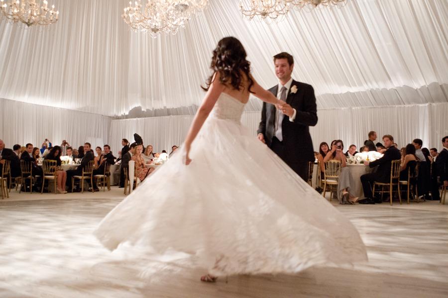 Lace oscar de la renta dress whirls on dance floor for Best wedding dresses for dancing