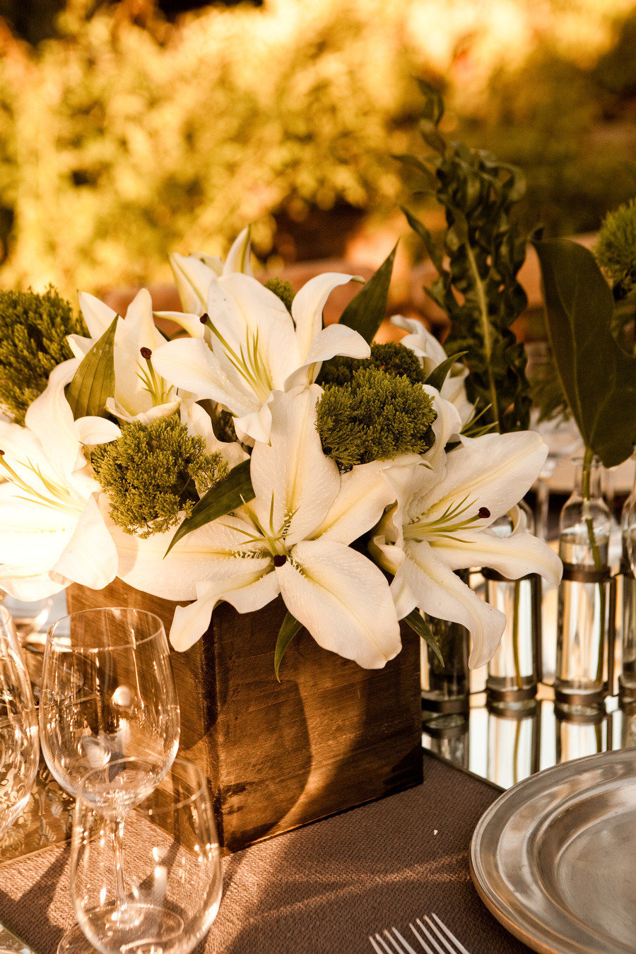 Summer-wedding-flowers-guide-asiatic-lily-elegant-centerpiece.full