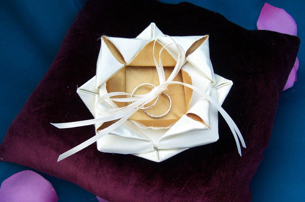 Origami-lotus-wedding-ring-bearer-pillow.full
