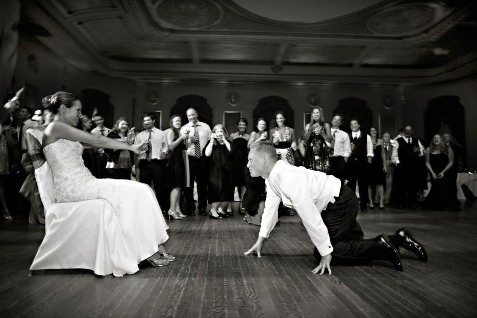 Bridal-garter-toss-funny-wedding-photos.full