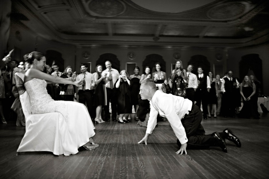 Bridal-garter-toss-funny-wedding-photos.original