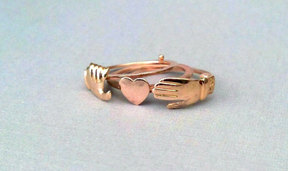 Rose-gold-hands-and-heart-wedding-band.full