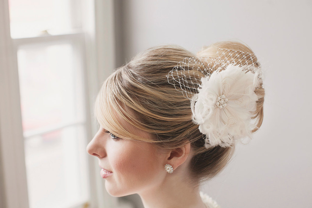 Ivory-feather-flower-with-bridal-blusher.full