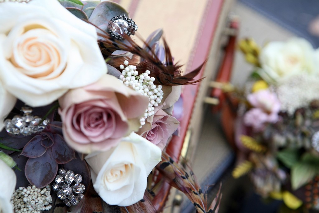 Art-deco-inspired-wedding-flowers-roses-with-feathers.full