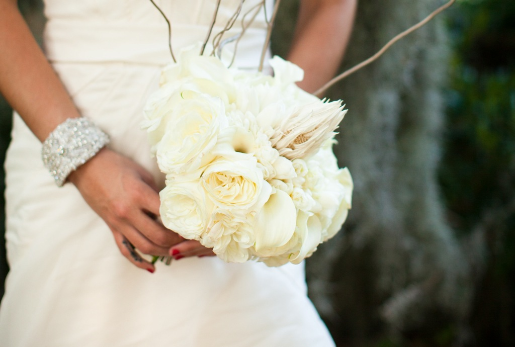 Elegant-bride-holds-cream-peony-bouquet.full