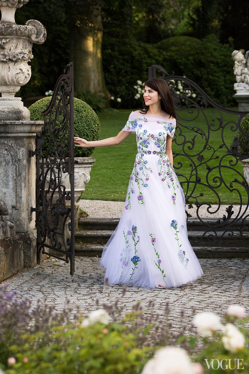 Floral-adorned-wedding-dress-by-christopher-kane.full