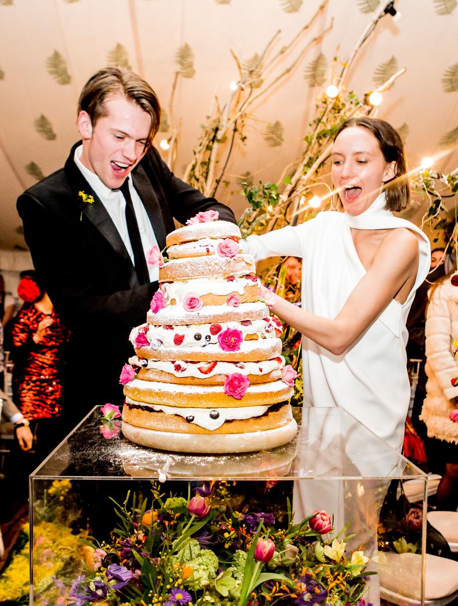 Unique-layered-wedding-cake-for-celebrity-bride-rachel-chandler.full