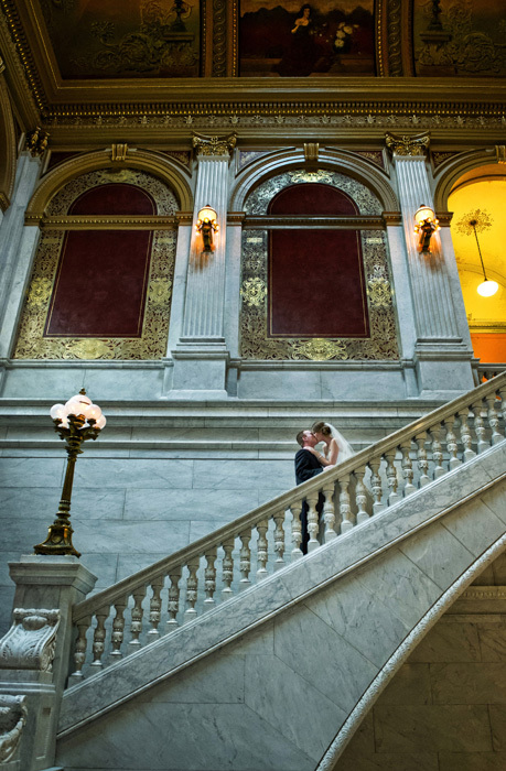 wedding-photo-bride-and-groom-kissing-at-the-ohio-statehouse
