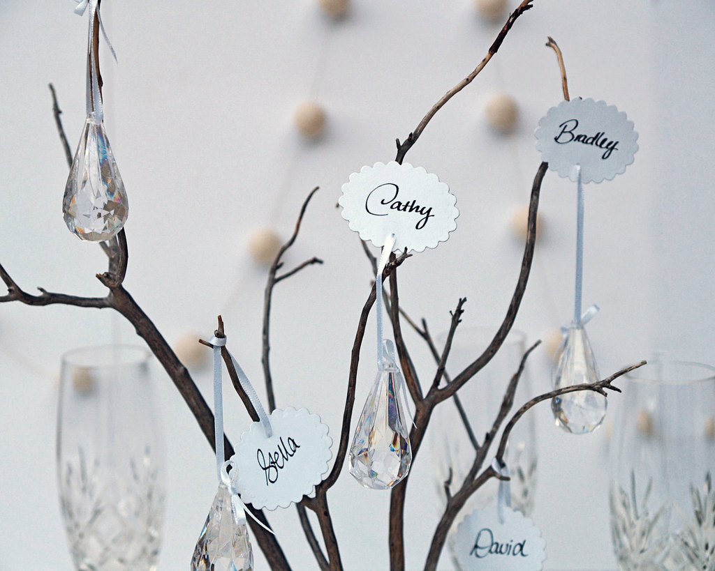 Scalloped-escort-cards-with-hanging-crystals.full