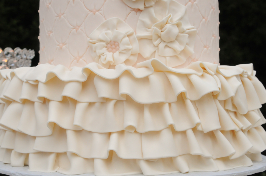 Wedding-cake-with-quilts-and-ruffles.full