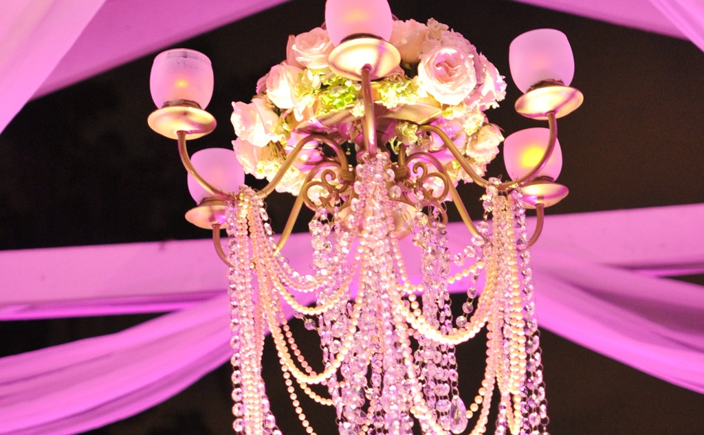 Sparkling-chandelier-with-roses.full