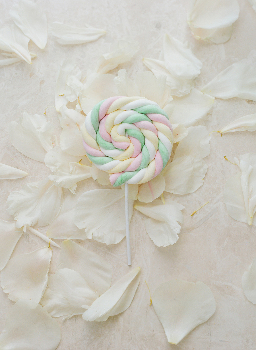 Pastel-twisted-lollipops-for-wedding-guest-favors.full