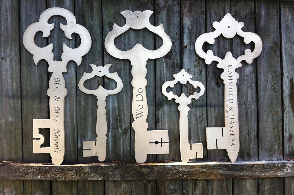 Large-wood-skeleton-keys-for-the-wedding.full