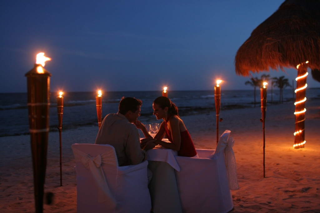 Beachfront%20candlelit%20dinner.full