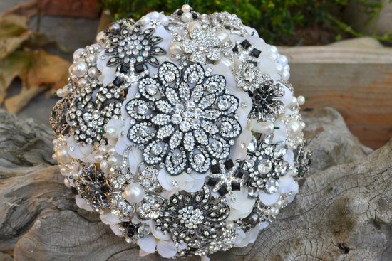 photo of Sparkling brooch bouquet by Noaki