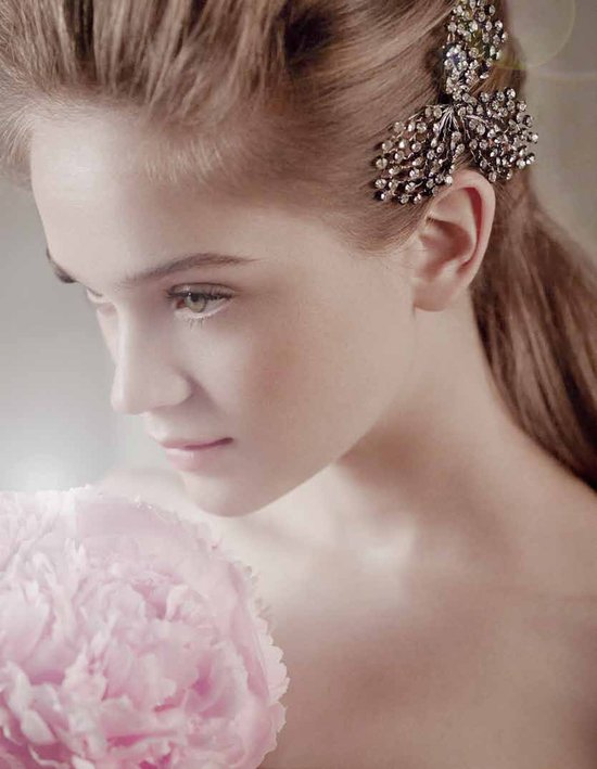 Vintage-inspired bridal hair brooch by Vera Wang