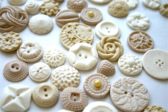 Edible vintage buttons to adorn the wedding cake
