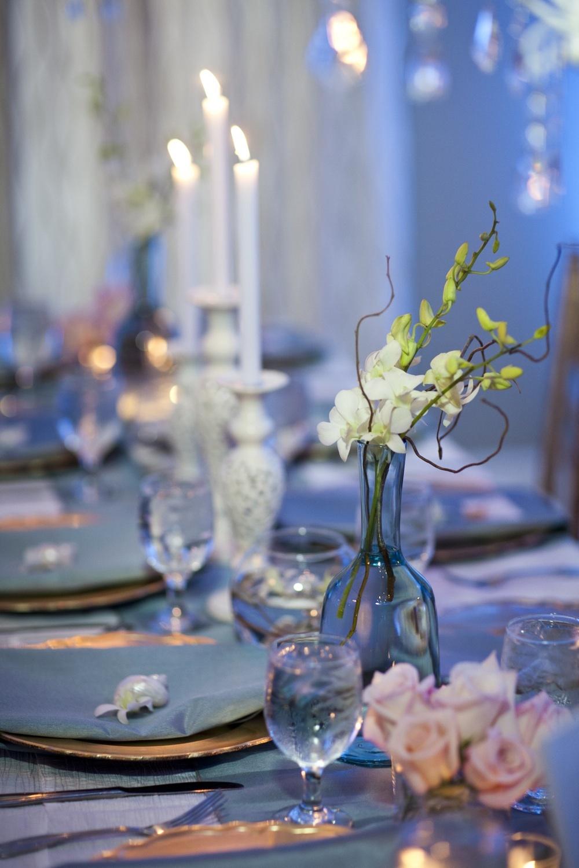 Elegant-beach-wedding-blue-tablescape-pink-roses-wedding-flowers.full