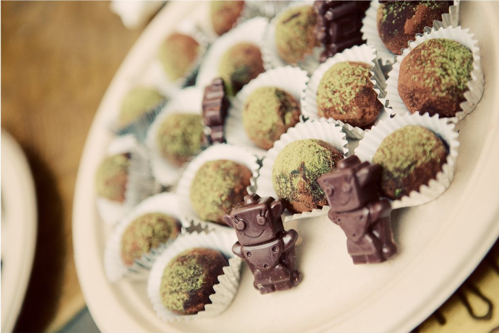 Tiny-robots-wedding-cake-and-candies.full
