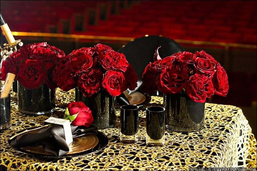 Red Rose Wedding Centerpieces In Black Vases Onewed Com