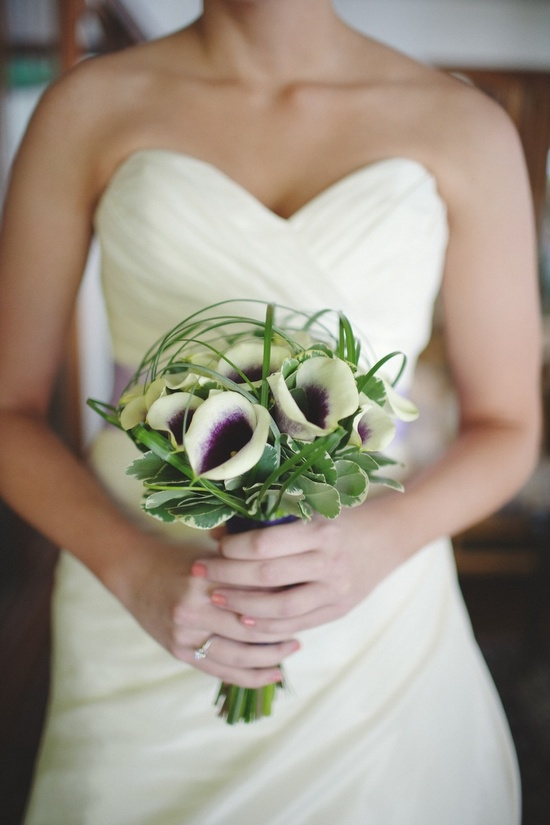 Ivory wedding dress, simple and elegant bridal bouquet