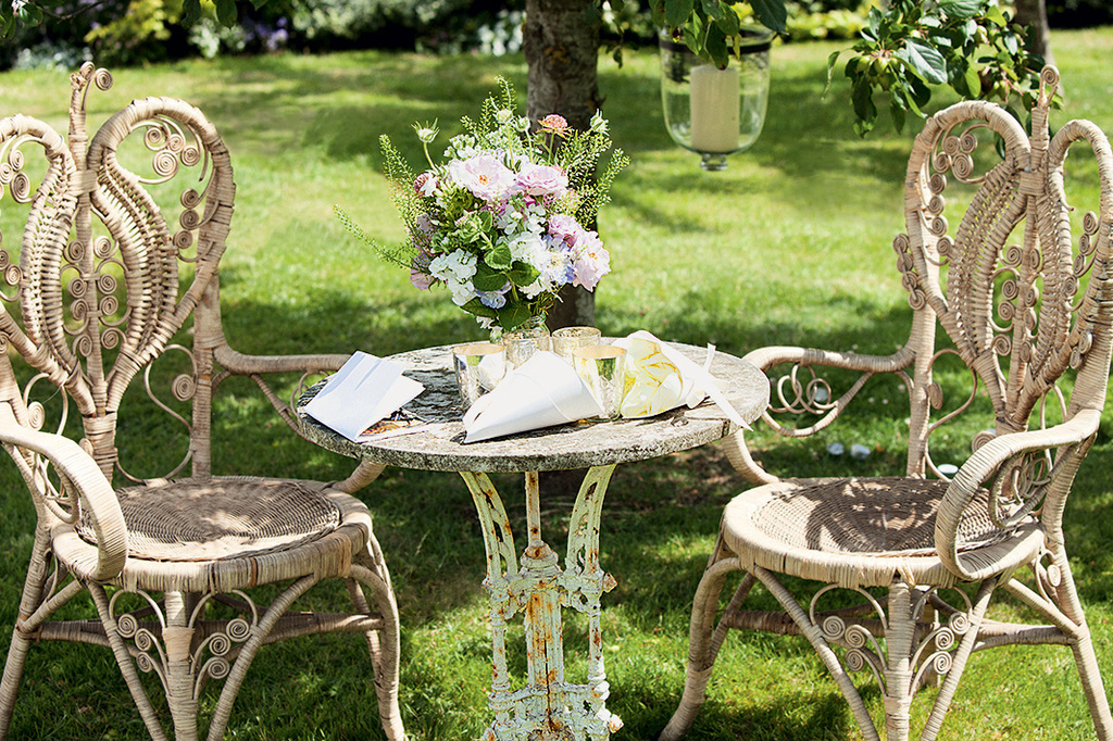 Kate-moss-wedding-vintage-wedding-style-decor-flowers.full