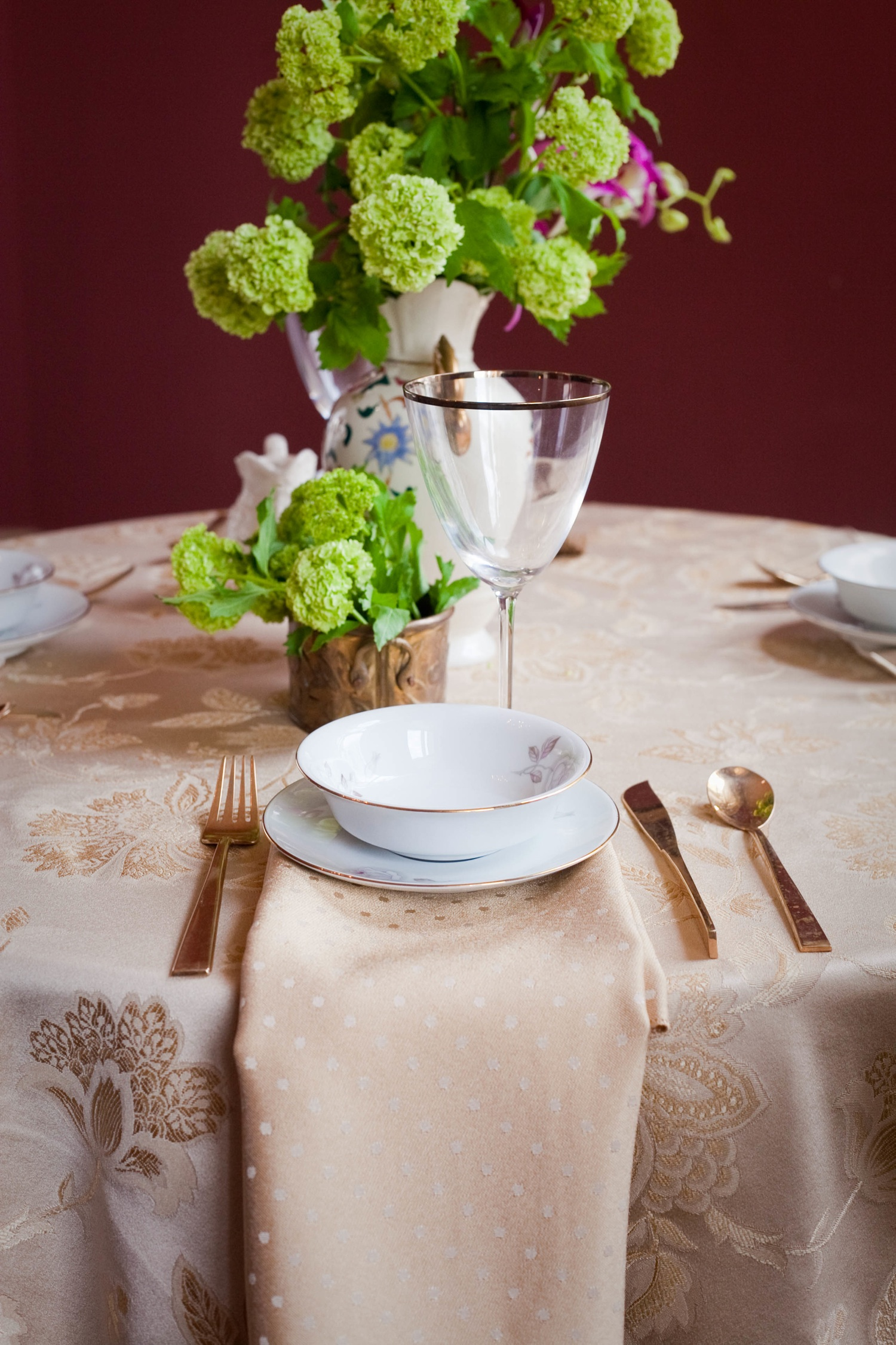 Metallic-wedding-trends-gold-tablescape-purple-orchids-8.original
