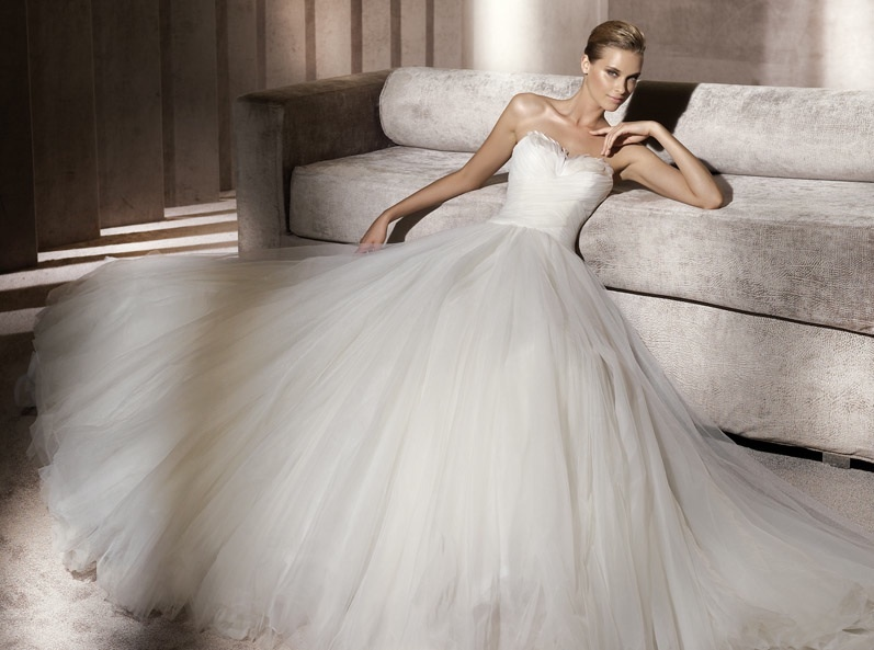 Whimsical-wedding-dress-pronovias-sweetheart-neckline-ballgown.full