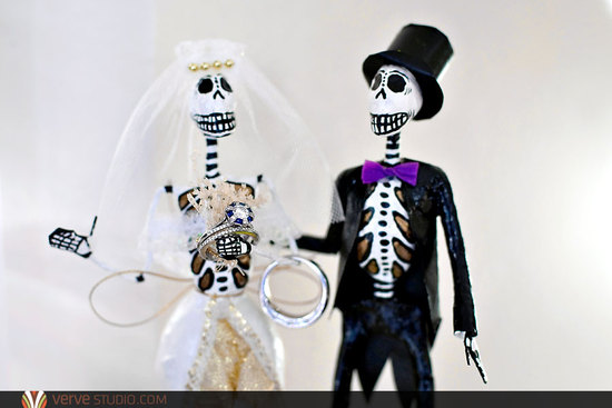Day of the Dead wedding cake topper holds wedding rings