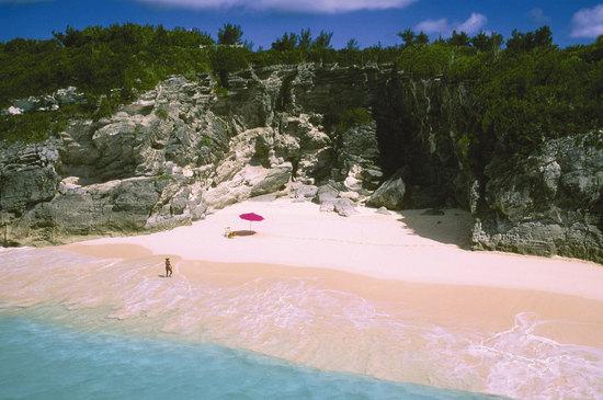 photo of Bermuda pink sandy beach to visit on the honeymoon