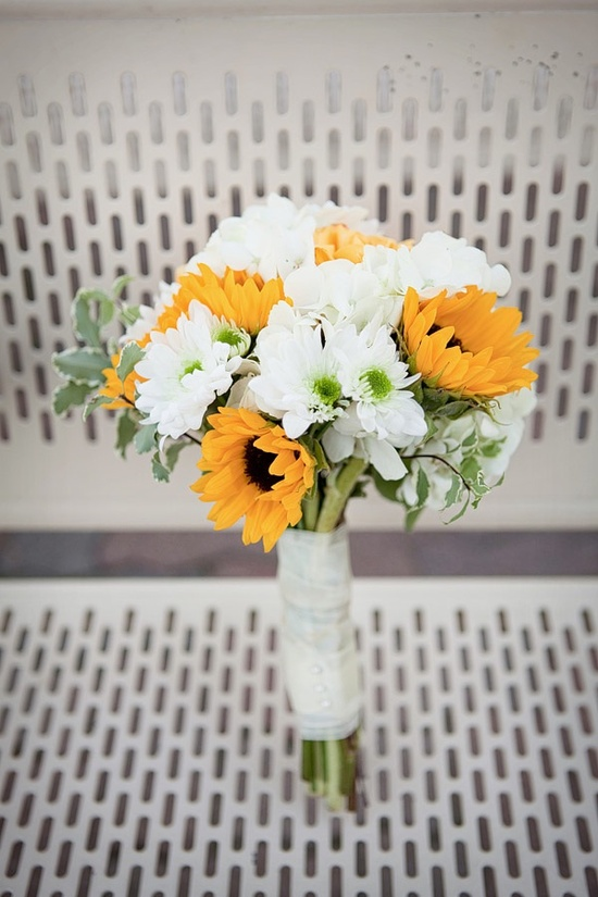 Cheerful white and yellow bridal bouquets with sunflowers