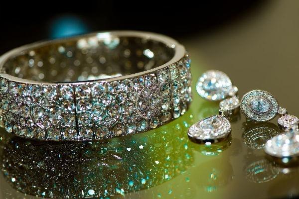 Destination-wedding-diamond-bridal-jewelry.full