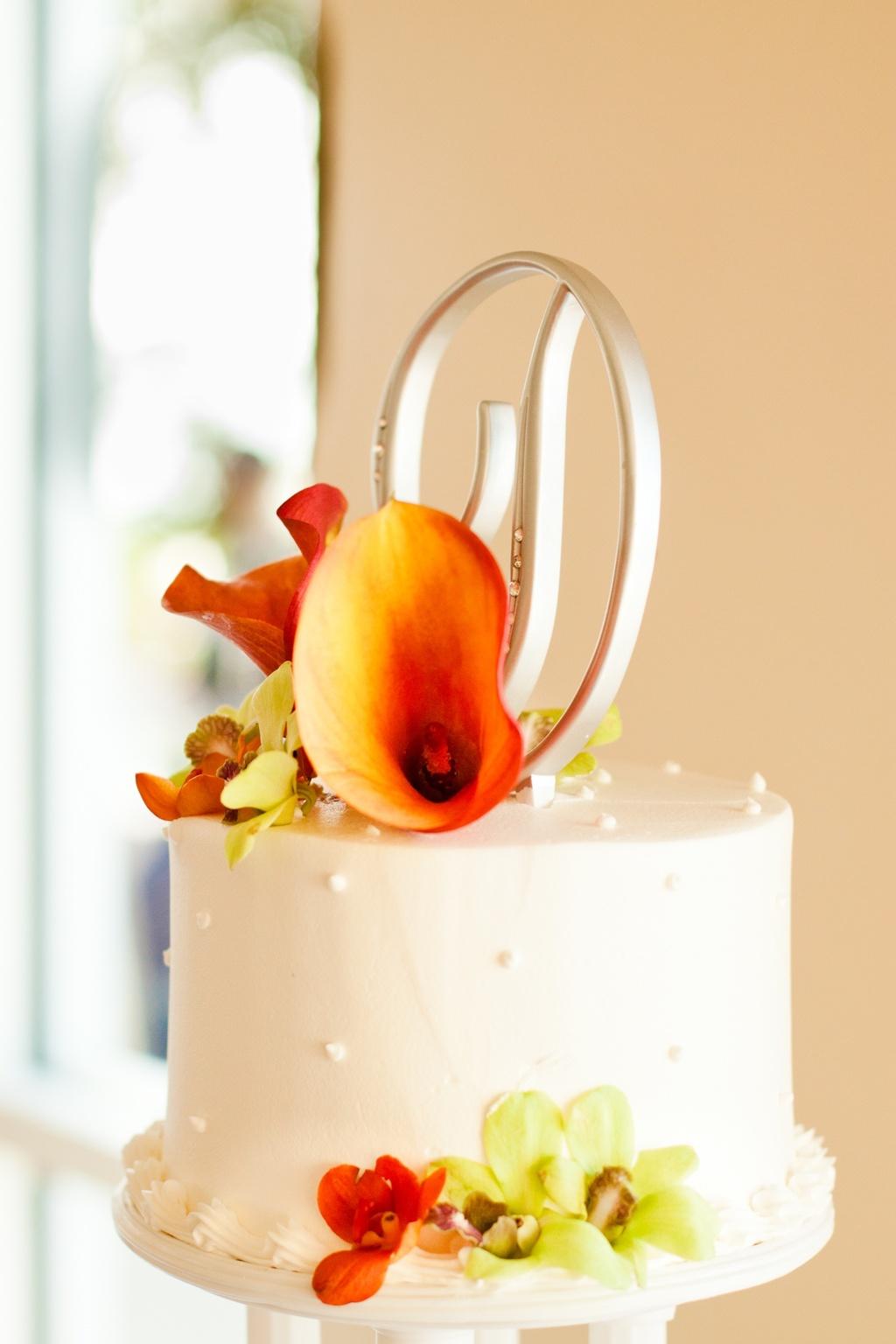 Beach-wedding-reception-classic-wedding-cake-fresh-flowers.full