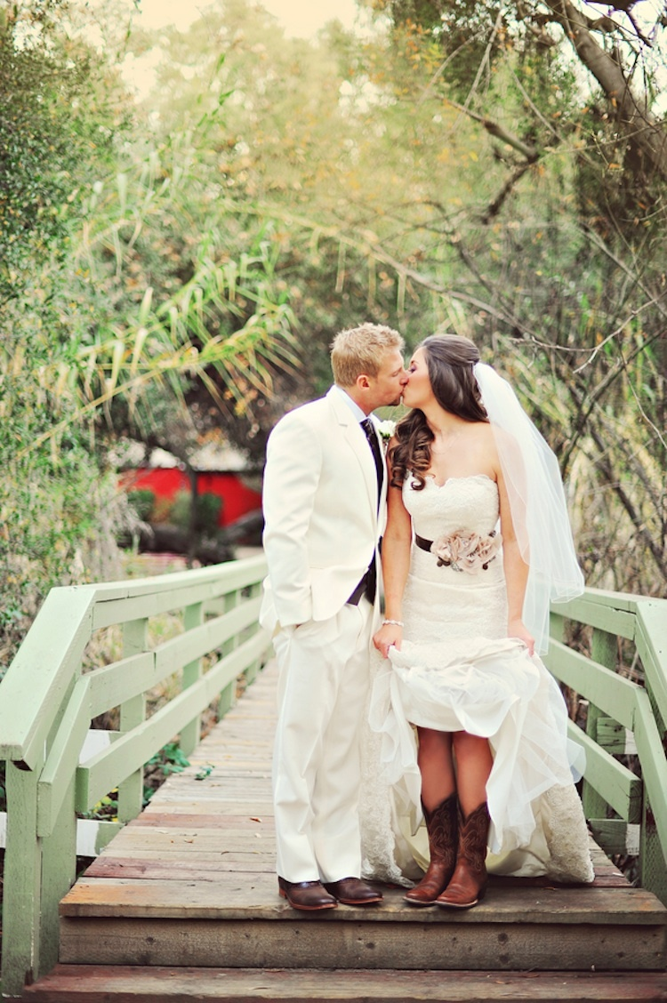 Adorable_rustic_wedding_couple_on_a_bridge.full