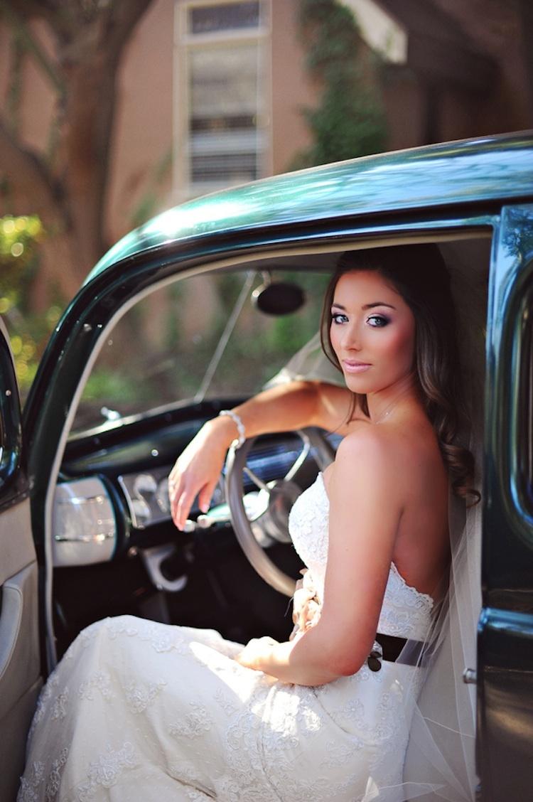 Bridal_beauty_in_vintage_getaway_car.full