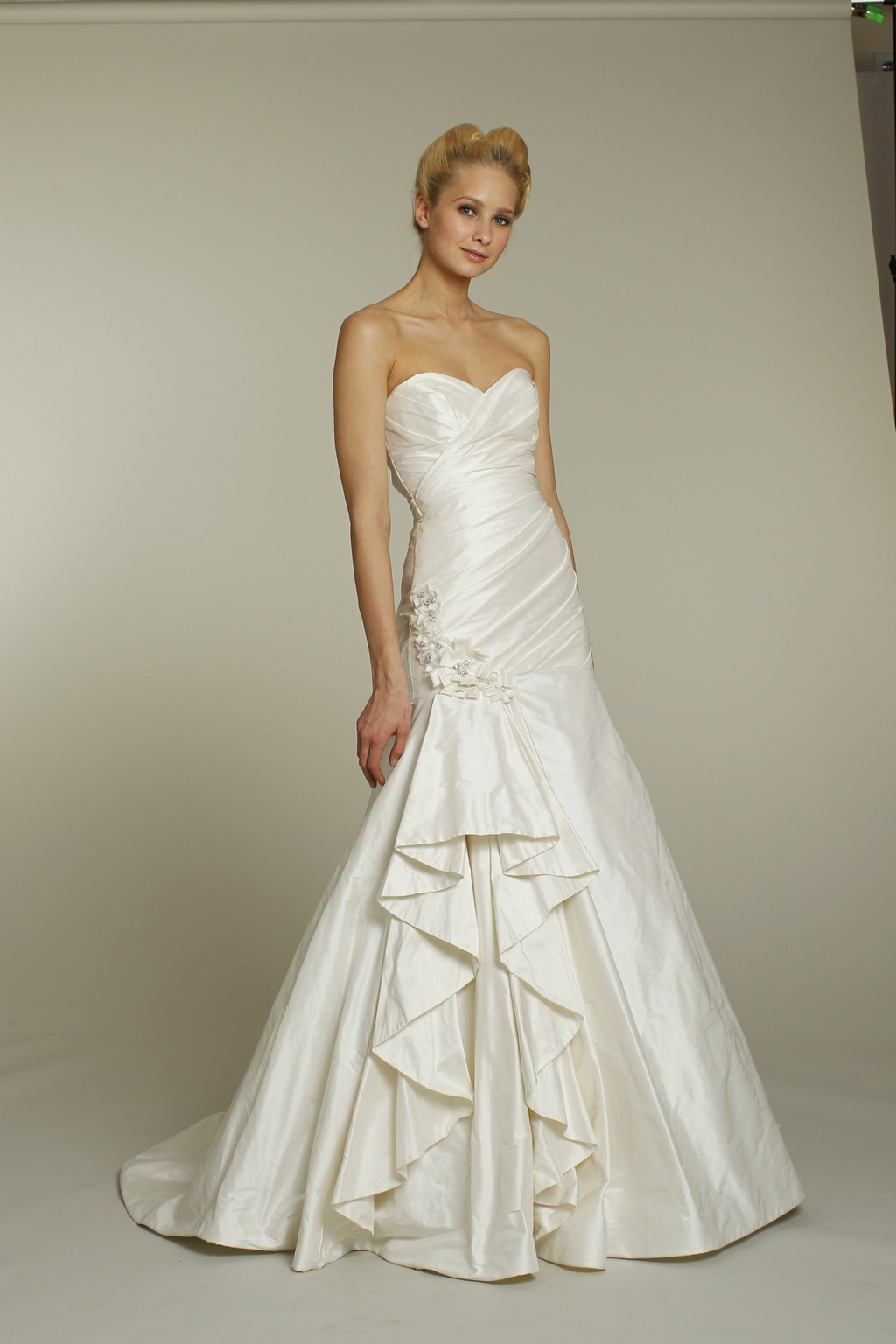 Ivory sweetheart neckline a line alvina valenta wedding for A line wedding dresses sweetheart neckline