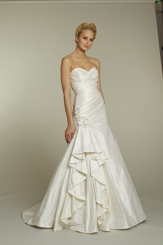 Ivory sweetheart neckline a-line Alvina Valenta wedding dress