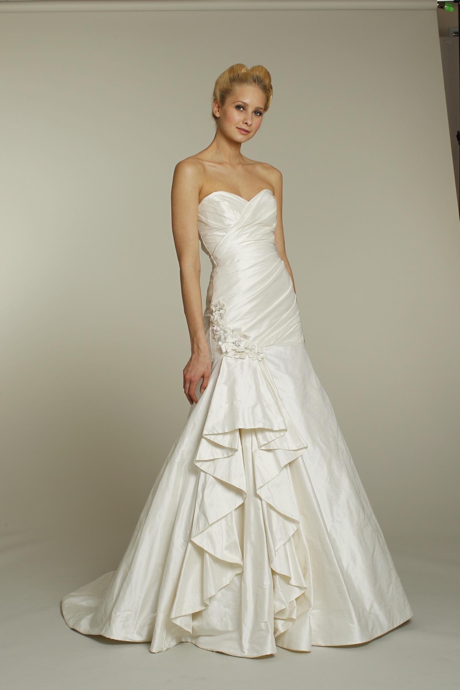 Ivory sweetheart neckline a line alvina valenta wedding for A line ivory wedding dress