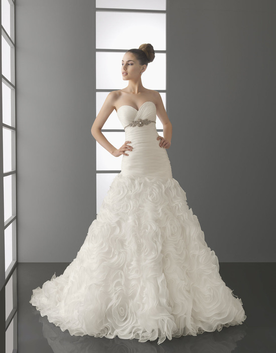 Sweetheart neckline white a-line wedding dress with beaded detail below bust from Aire Barcelona's S