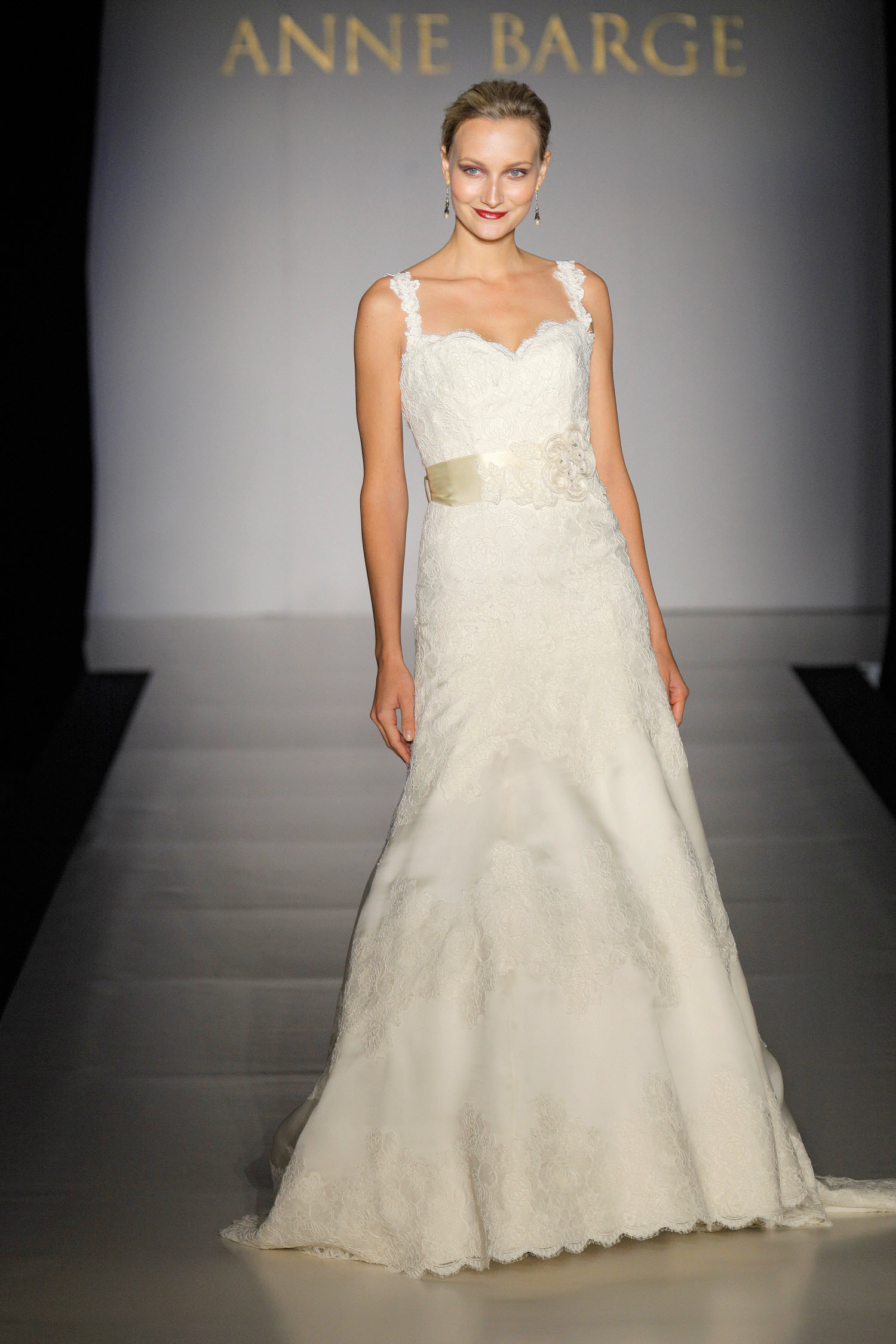 Fall-2011-wedding-dresses-anne-barge-lanier-romantic-lace-bridal-gown-open-back-sweetheart-neckline.original