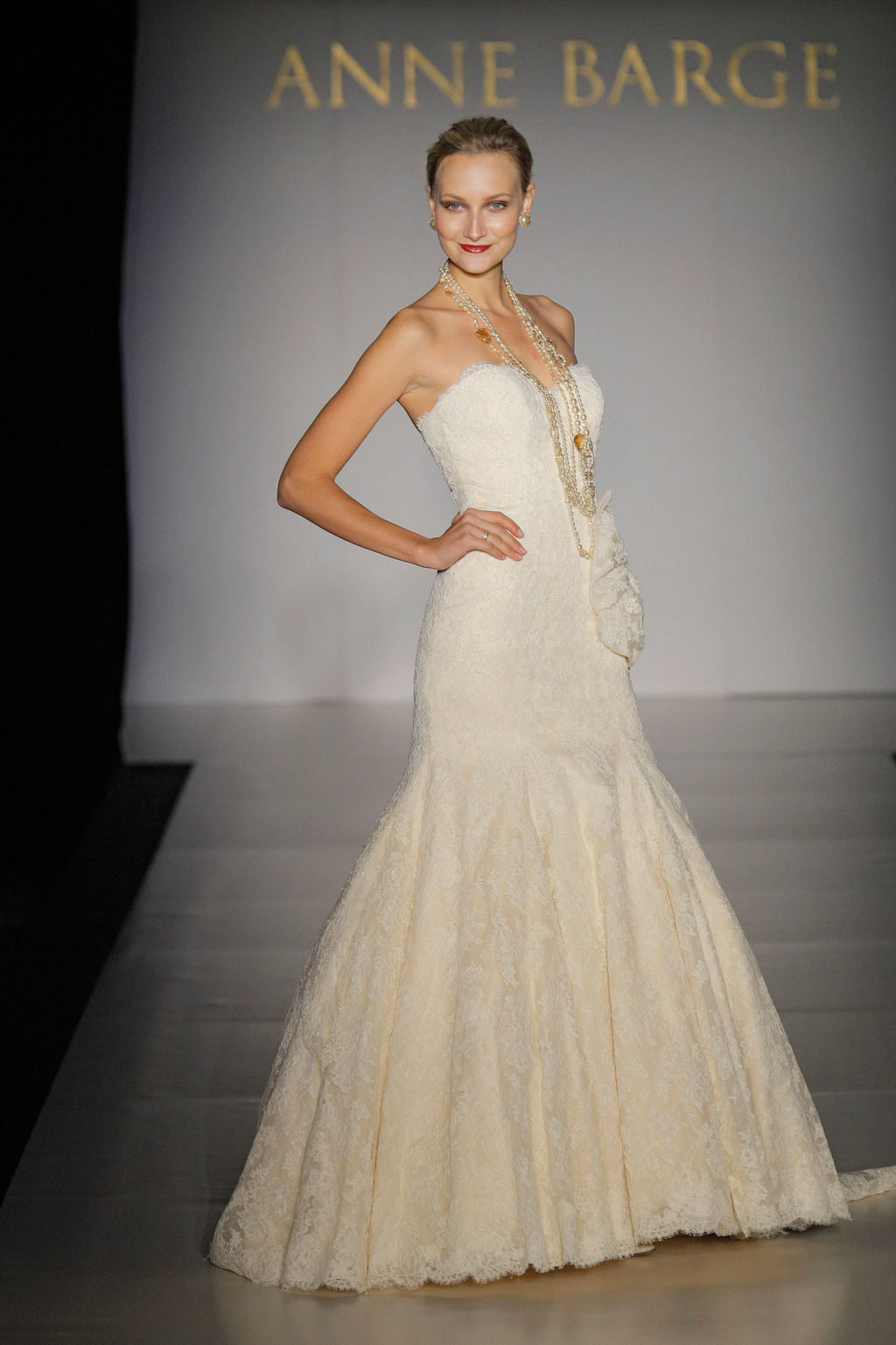 Fall-2011-wedding-dresses-anne-barge-windsor-sweetheart-neckline-lace-bridal-gown-statement-wedding-jewelry.full