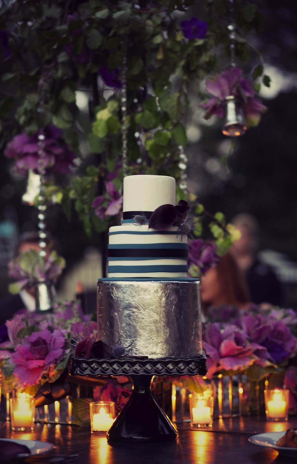 Cake_table_with_purple_flowers_and_votives.full