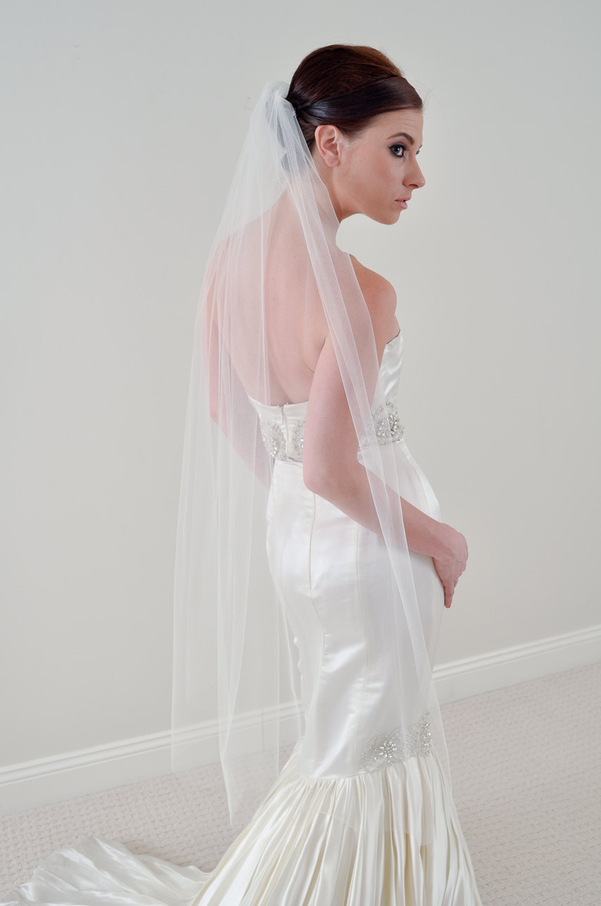 Simple tulle waltz bridal veil paired with mermaid wedding for Mid length wedding dress