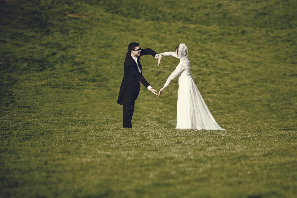Artistic-wedding-photography-bride-wears-lace-sleeved-wedding-dress-casual-groom-outdoor-wedding.full